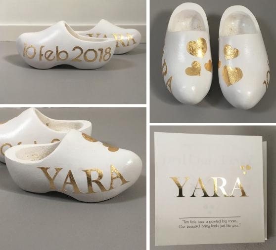 'Yara', kraamcadeau klompjes in opdracht, acryl en goudfolie